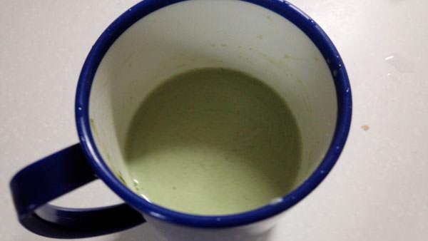 牛乳や豆乳に粉末青汁を混ぜて抹茶ミルク風