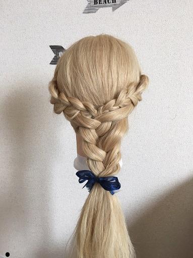 三つ編みで「町中のベルの髪型」を作る