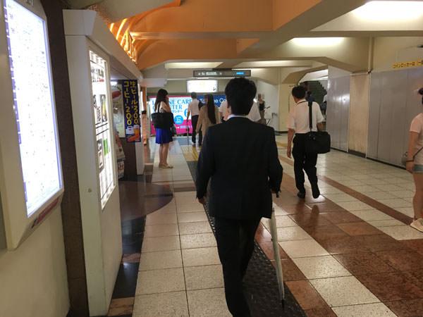 """>新宿サブナードのアクセス_新宿駅東口"""" width=""""600″ height=""""450″ class=""""aligncenter size-full wp-image-30221″ /><br /> メトロプロムナードへ続く階段を下りて右折します。<br /> <img src="""