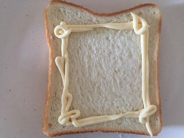 食パンにマヨネーズを塗っていきます