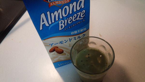 アーモンドミルクに粉末青汁を混ぜる