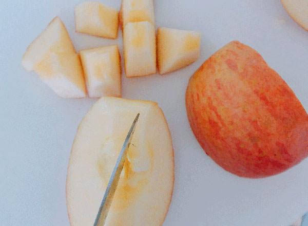 リンゴを切る