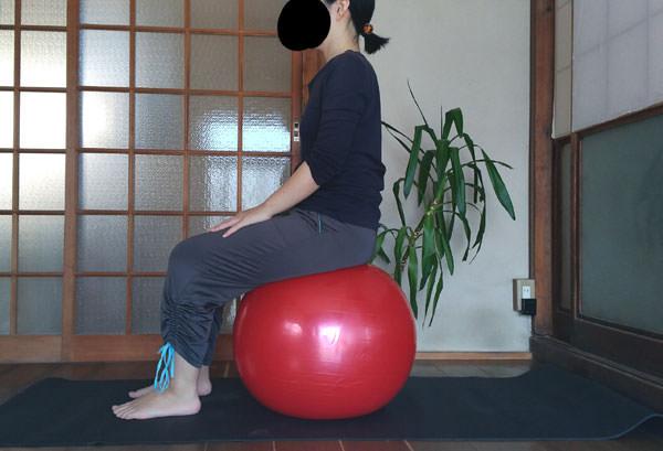 バランスボールの正しい座り方