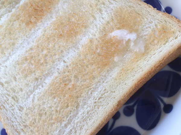 ヴァージンココナッツオイルを食パンに塗る