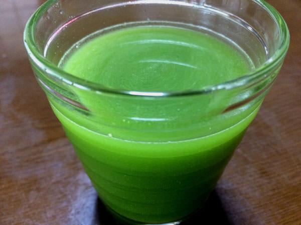 飲みごたえ野菜青汁を水に混ぜてみた