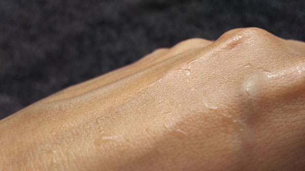 ハトムギ化粧水を手になじませたところ
