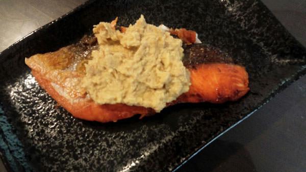 焼き鮭の胡麻みそ生姜ペーストのせ