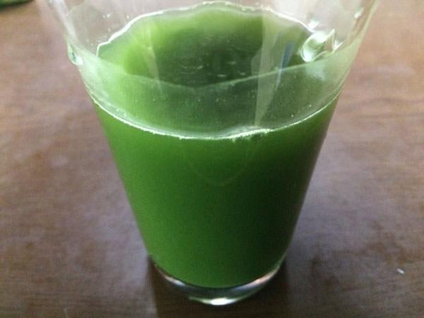 菜善青汁を水に混ぜてみた