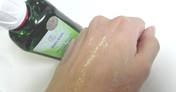 ヴェレダ ホワイトバーチ ボディオイルを肌に塗る