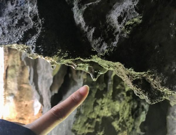 ケイブカフェの出口に切り落とされた鍾乳石
