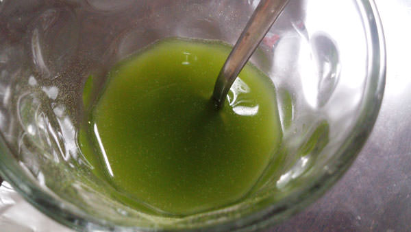 水に混ぜためっちゃたっぷりフルーツ青汁