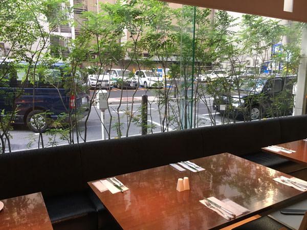 コートヤードマリオット銀座東武ホテル フィオーレの窓際の席