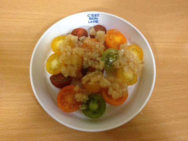 インカインチオイルサラダソースをミニトマトにかける