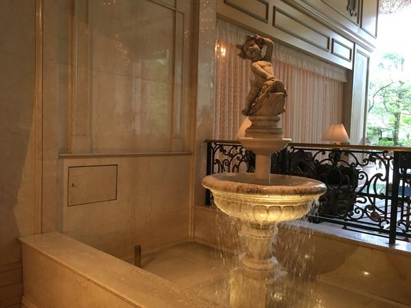 リーガロイヤルホテル東京「ガーデンラウンジ」の噴水