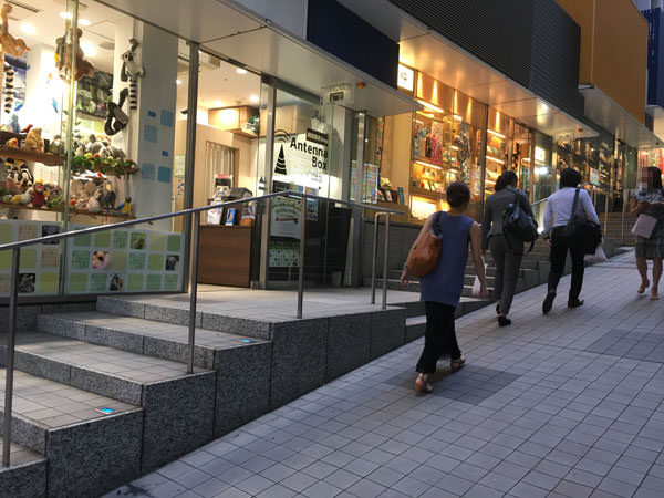 新宿駅西口からモザイク通りへ