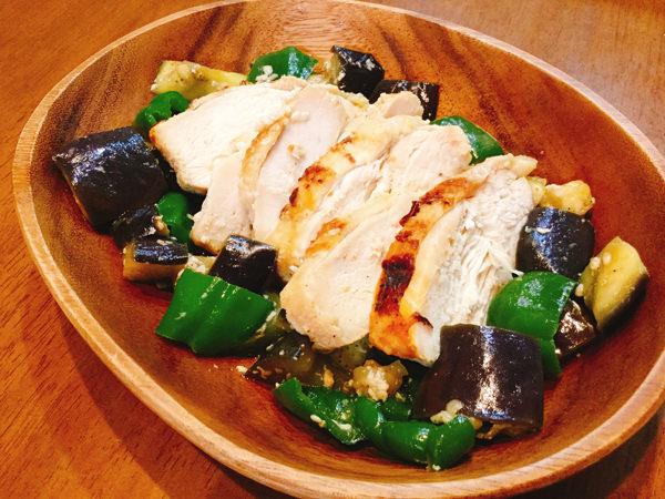 鶏胸肉がしっとり♪たっぷり野菜の塩こうじ焼き