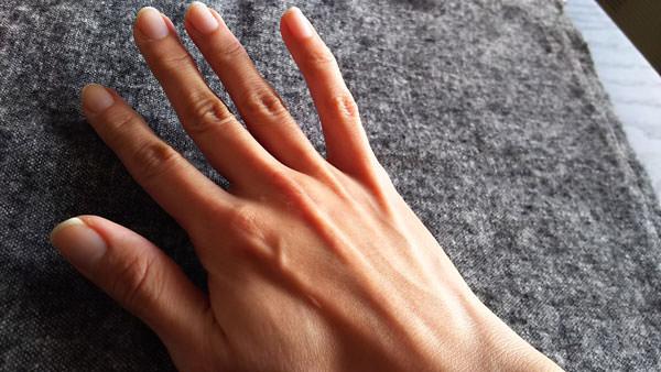 タマヌオイルを手に塗る