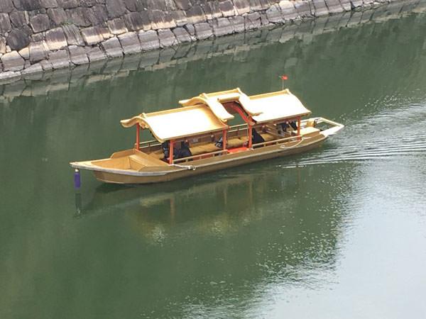 大阪城のお堀を行く観光船