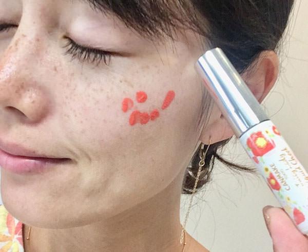 キャンメイク ジューシーレディリキッドチーク「02 マンゴーオレンジ」頬に塗る