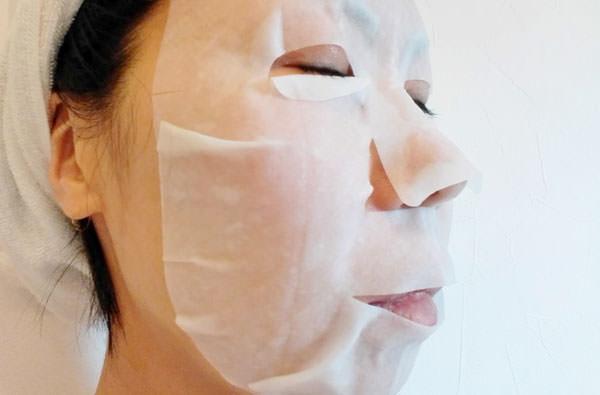 BARTH 中性重炭酸フェイスマスクを顔に乗せる