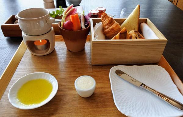 銀座カシータで提供する「メゾンカイザー」の焼き立てパン