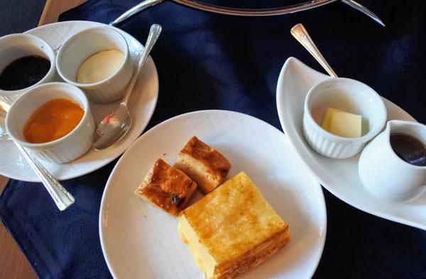 ホテルオークラ福岡「ラウンジ&バー ハカタガワ」アフタヌーンティー スコーン2種とフレンチトースト