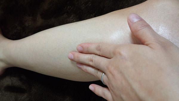 マカダミアナッツオイルで足をマッサージ