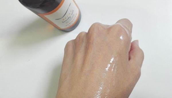 ジョンマスター エルバビーバ REボディオイルを肌に塗る