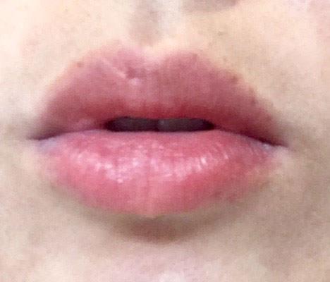 キャンメイク ジューシーレディリキッドチーク「02 マンゴーオレンジ」を唇に塗る