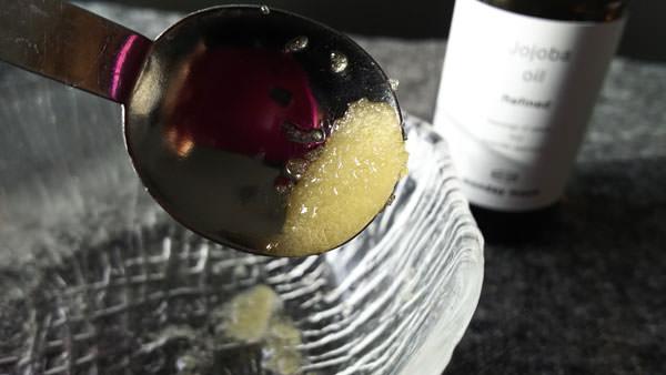 三温糖とホホバオイルのリップスクラブ