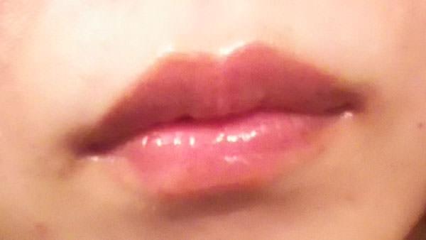 唇にタマヌオイルを塗った写真