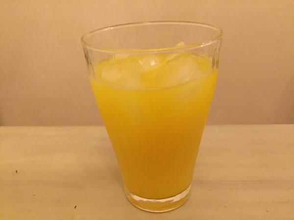 酢玉ねぎのお酢を入れたオレンジジュース