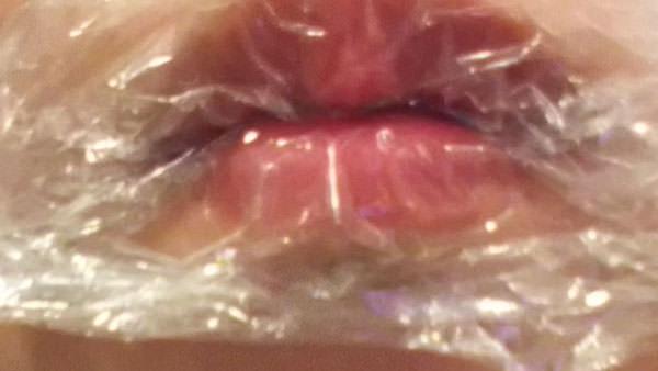 唇にラップを乗せて、はちみつパックしている