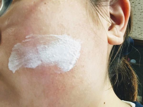 エリクシール ホワイト デーケアレボリューションを顔に塗る