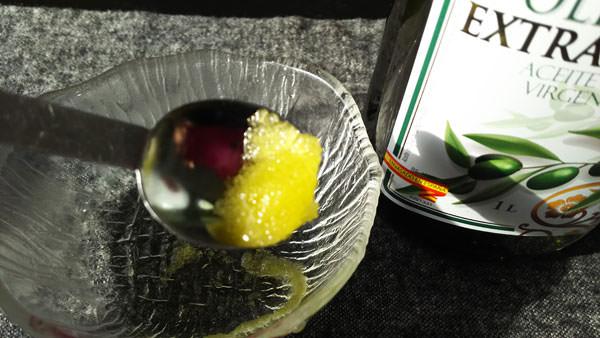 上白糖とオリーブオイルのリップスクラブ