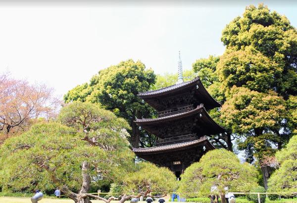 椿山荘の庭園 三重塔「圓通閣」