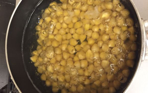 ひよこ豆と塩を少々入れ水から煮る