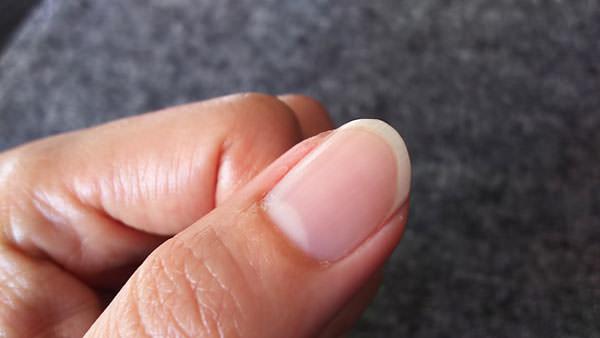 タマヌオイルを爪に塗る