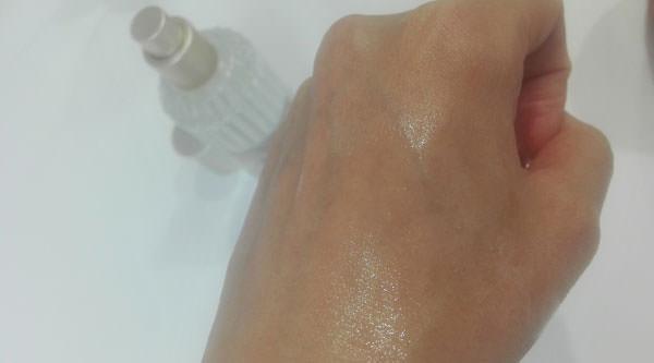 サボン ボディオイルを肌に塗る