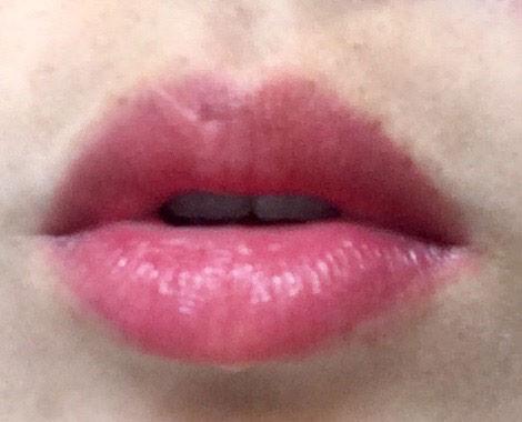 キャンメイク ジューシーレディリキッドチーク「03 アップルチェリー」を唇に塗る