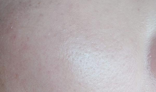 HANA オーガニック ウェアルーUVを塗った後の肌