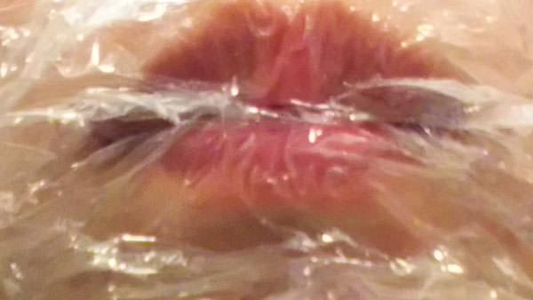 ワセリンを唇に塗った後、ラップを付けた写真