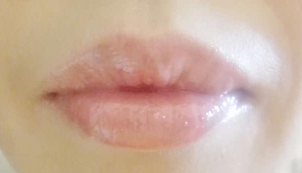 エクセル リップケアオイル「ハニーピーチ」を塗った唇