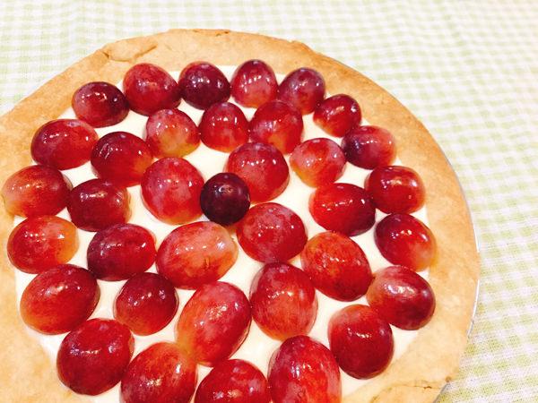 オリーブオイルとゴマで香ばしくサックサク♪ブドウのレアチーズタルト