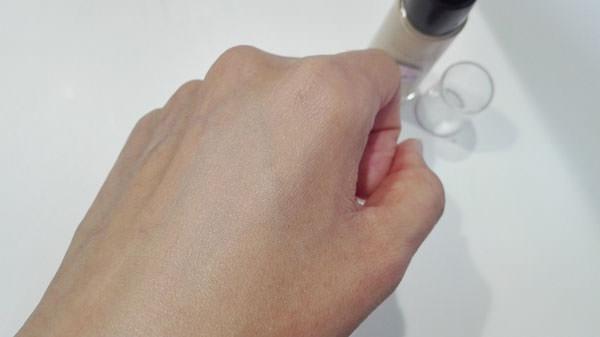 メイベリン SP ミネラル リキッド ロングキープを肌に塗る