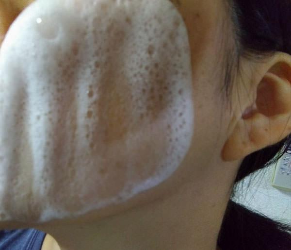 シュワシュワとした洗顔泡を肌に
