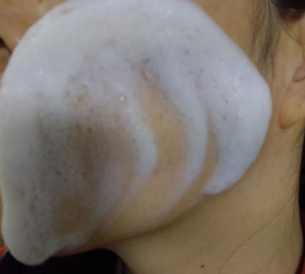アネラ マナソープで顔を洗う
