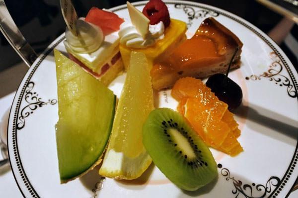 ホテル日航福岡「ティー&カクテルラウンジ」アフタヌーンティー フレッシュフルーツとケーキ