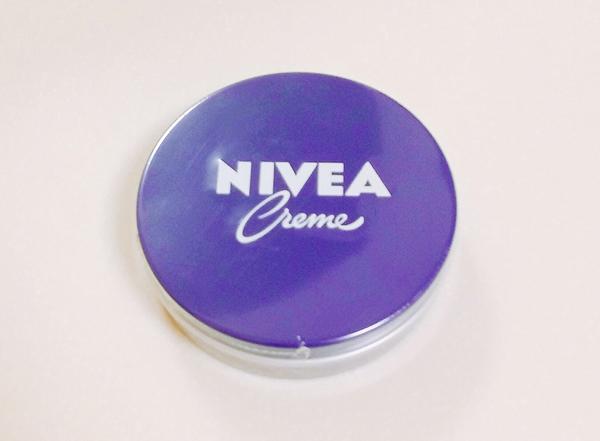 ニベア青缶を顔に塗る