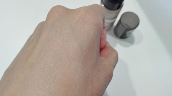 レブロン カラーステイ メイクアップを肌に塗る